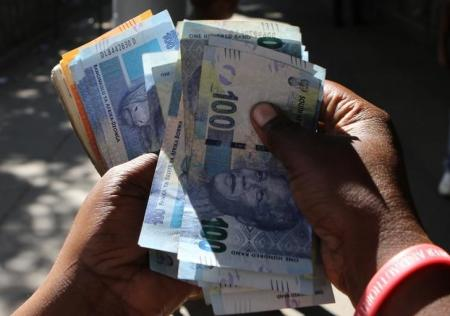 A street money changer counts South African Rands in Harare, Zimbabwe, May 5, 2016.  REUTERS/Philimon Bulawayo
